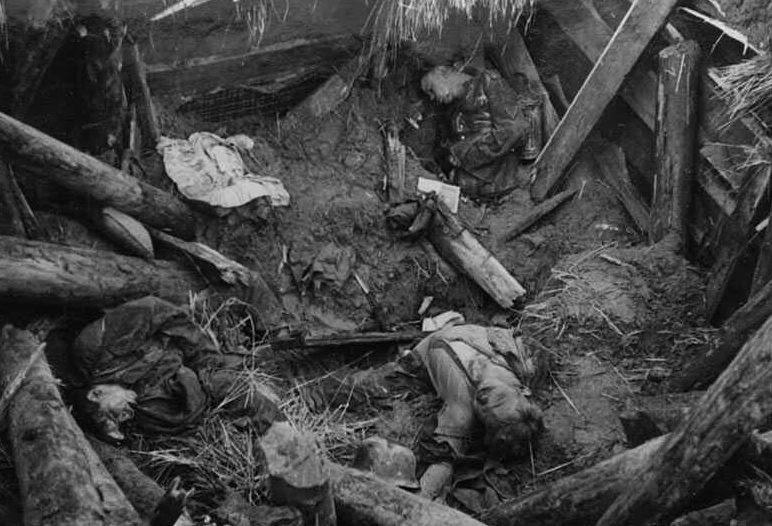 Разрушенный немецкий блиндаж. Февраль 1943 г.