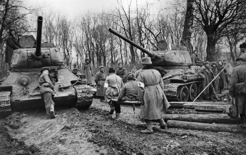 Танкисты на танках Т-34-85 эвакуируют раненых красноармейцев в районе Будапешта. 1944 г.