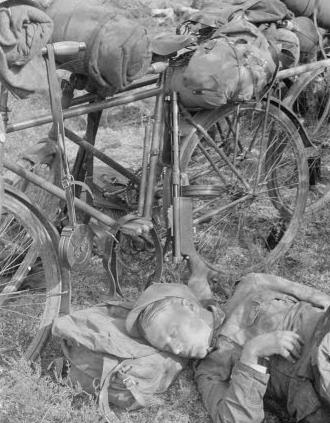 Уставшие егеря отдыхает после перехода у Корпиярви. 10 июля 1941 г.