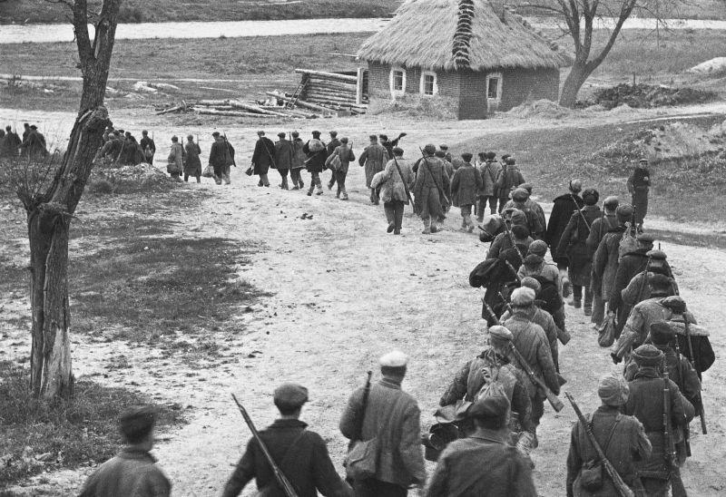 Партизаны Брянской области уходят на задание. 1943 г.