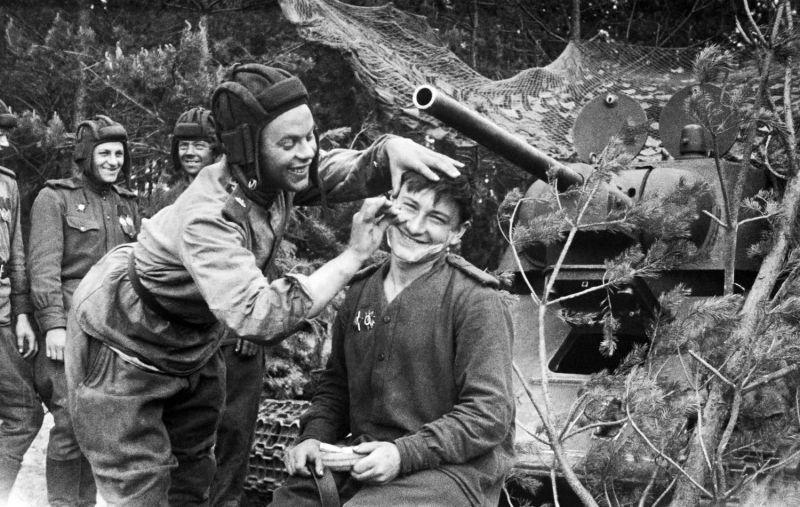 Привал у танкистов 2-го Прибалтийского фронта. 1944 г.