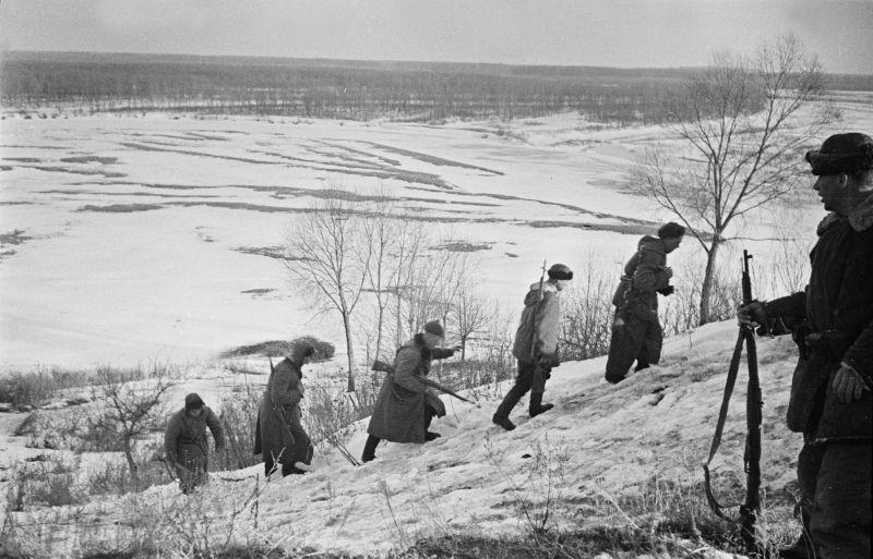 Партизаны выходят на боевое задание в Белоруссии. 1943 г.