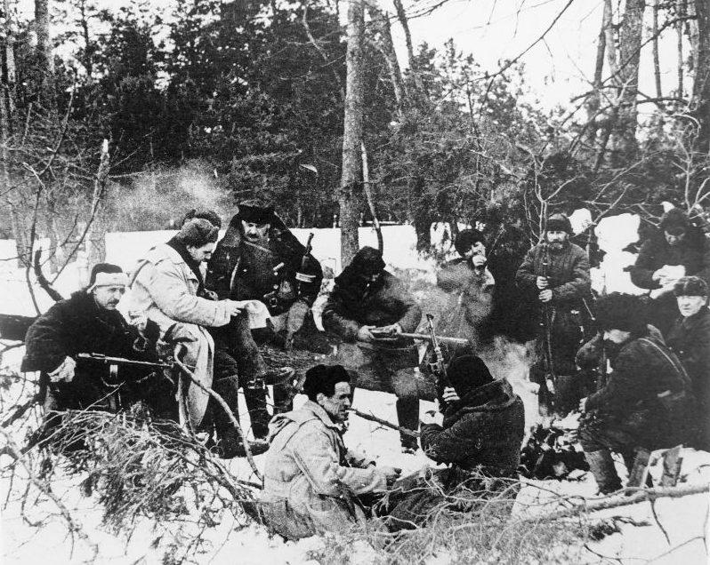 Привал в зимнем лесу. 1943 г.