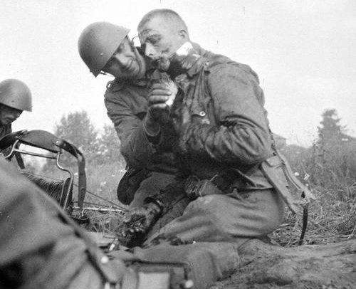 Перевязка раненного. Кааламо, 22 июля 1941 г.
