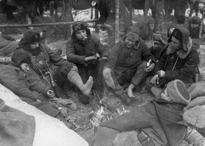 Партизаны Черниговско-Волынского партизанского соединения у костра во время рейда на Западную Украину. 1943 г.