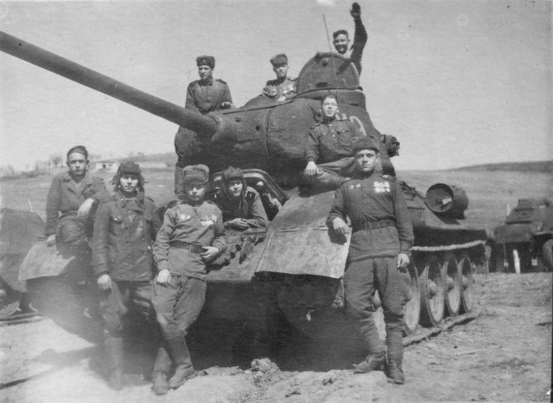 Гвардии капитан Никита Дьяченко с экипажем уничтоживший 31 немецкий танк. 1945 г.