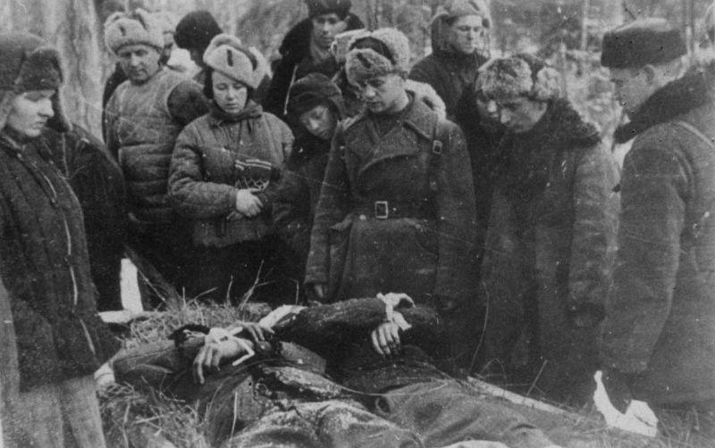 Партизаны соединения А.Ф. Федорова хоронят боевых товарищей. 1943 г.
