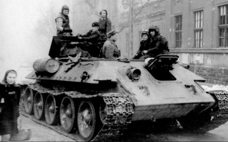 Танкисты на броне эвакуационной машины на базе танка Т-34 на улице Будапешта. 1945 г.