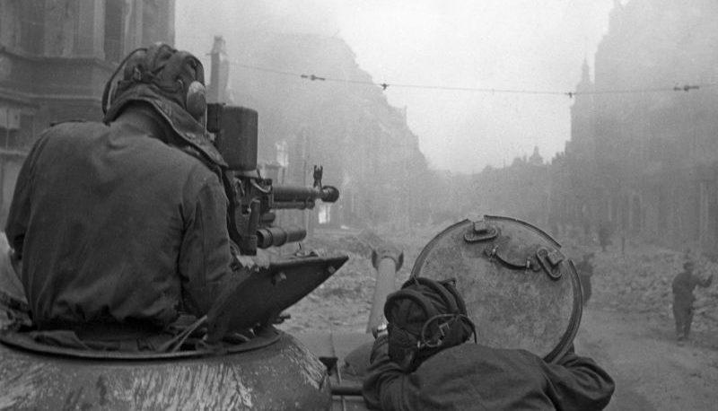 Танкисты ведут огонь из крупнокалиберного пулемета ДШК. Март 1945 г.