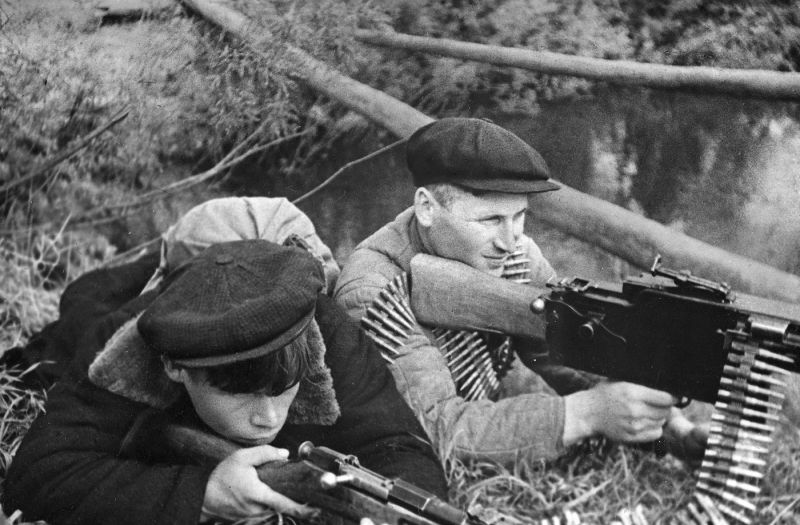 Бойцы партизанского отряда имени Кирова на боевом посту. 1943 г.