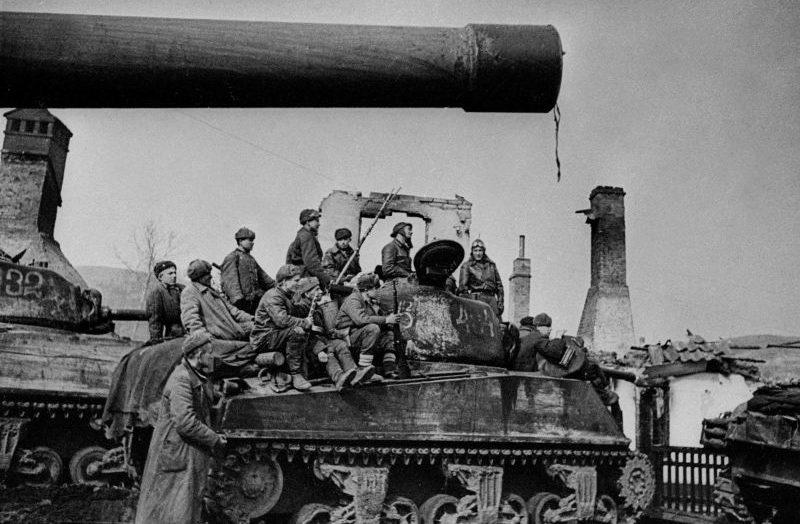 Советские танки американского производства M4A2(76)W «Шерман» с десантом во время боев за Данциг. Март 1945 г.