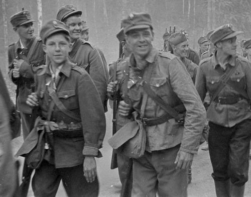 Молодые солдаты маршируют на фронт. Лаамала, 2 августа 1941 года.