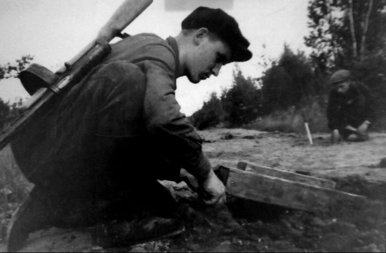 Минирование дороги в Ленинградской области. 1943 г.