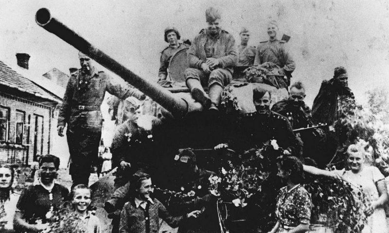 Экипаж Т-34-85 младшего лейтенанта Оськина в Оглендуве в окружении местных жителей. 1945 г.