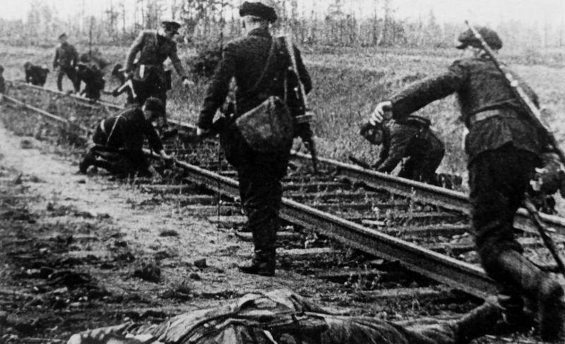 Партизаны готовят к подрыву участок железной дороги. 1943 г.