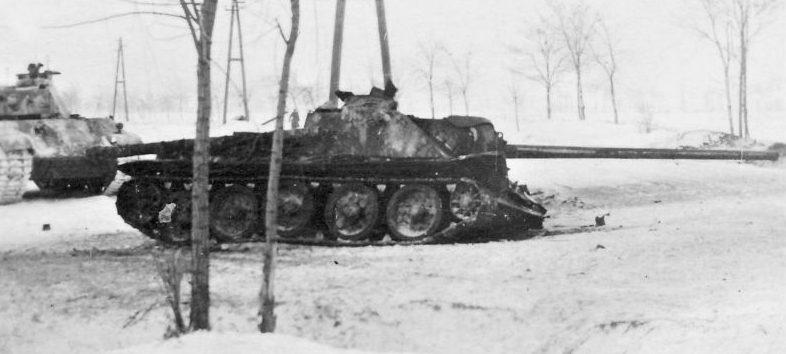 САУ СУ-100, подбитая в ходе боев в Венгрии. 1945 г.