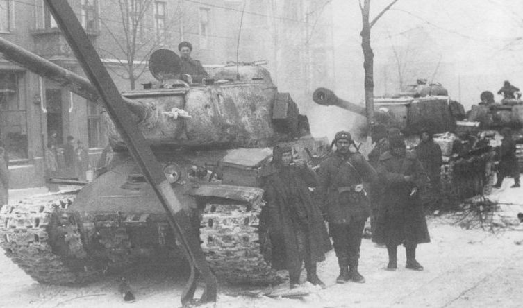 Танки ИС-2 на улицах освобожденной Познани. 1-й Белорусский фронт. Февраль 1945 г.