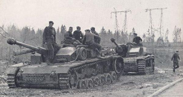 Штурмовые орудия «Stug 3» направляются в район Волхова. 1943 г.