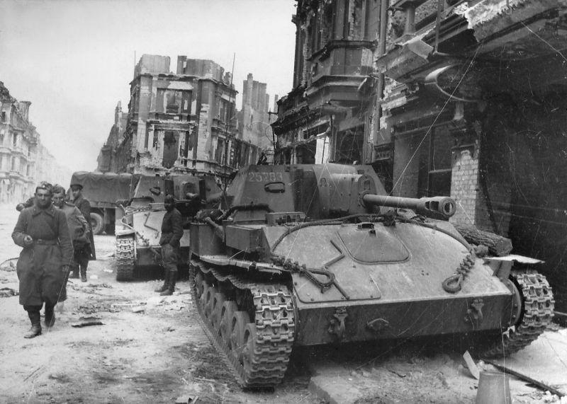 САУ СУ-76М на одной из улиц Берлина. Апрель 1945 г.