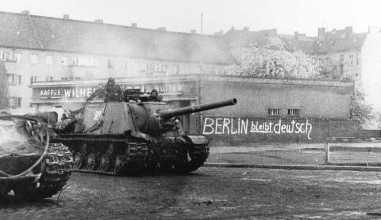 САУ ИСУ-122 в пригороде Берлина. Апрель 1945 г.