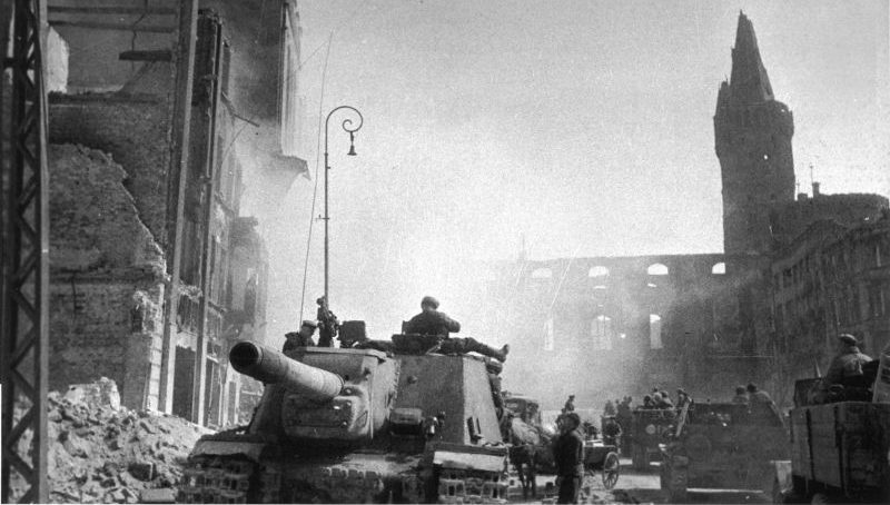 САУ ИСУ-152 «Зверобой» на улице взятого Кенигсберга. Апрель 1945 г.