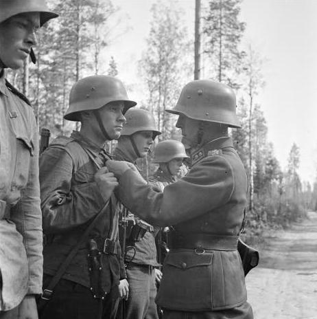 Офицер награждает солдат за храбрость во время захвата Ристинсалми. 8 августа 1941 г.