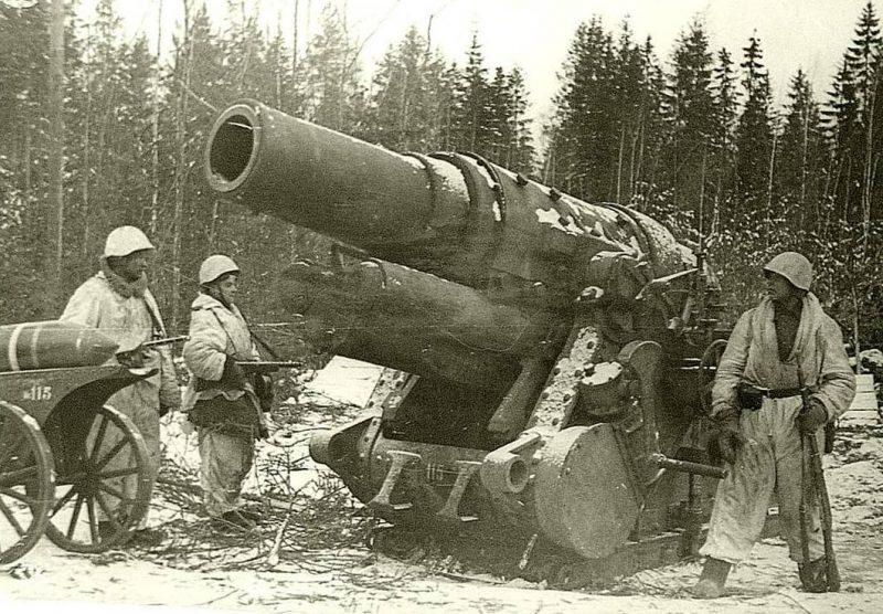 305-мм немецкое орудие, захваченное красноармейцами. 1944 г.
