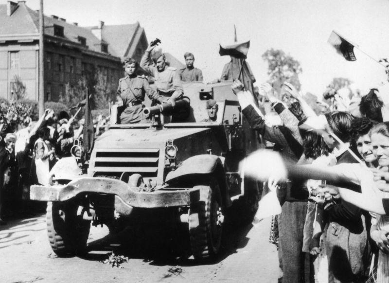 Жители Праги встречают советскую САУ американского производства СУ-57 (T48). Май 1945 г.