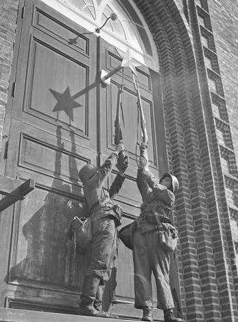 Финские солдаты срывают красную звезду с дверей церкви. Яаккима, 8 августа 1941 г.
