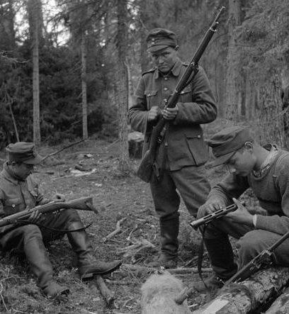 Чистка оружия после битвы при Кестинках. 10 августа 1941 г.
