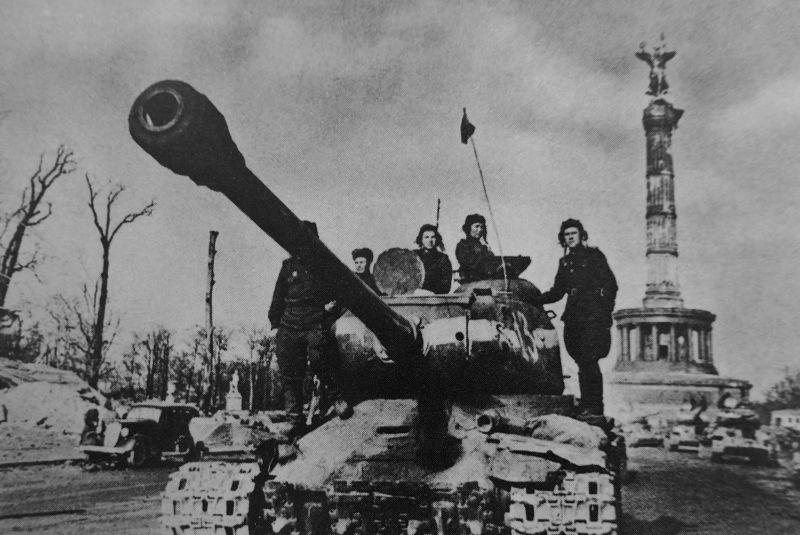 Танкисты на броне тяжелого танка ИС-2 у колонны Победы в Берлине. Май 1945 г.