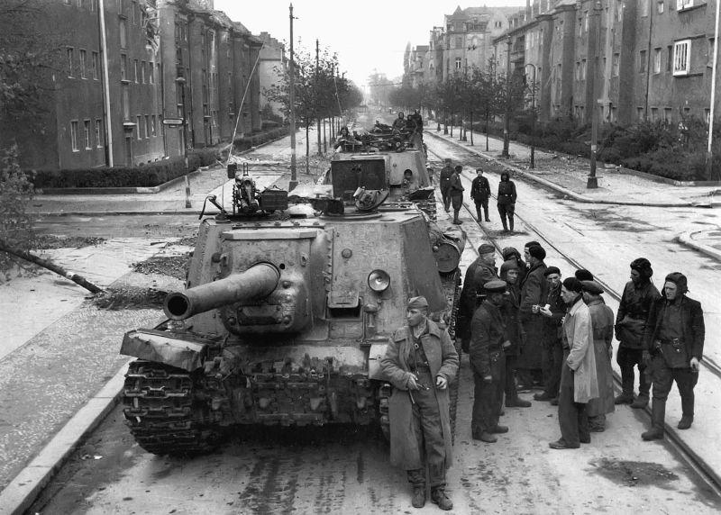 Колонна советских САУ ИСУ-122 на одной из улиц Берлина. Май 1945 г.