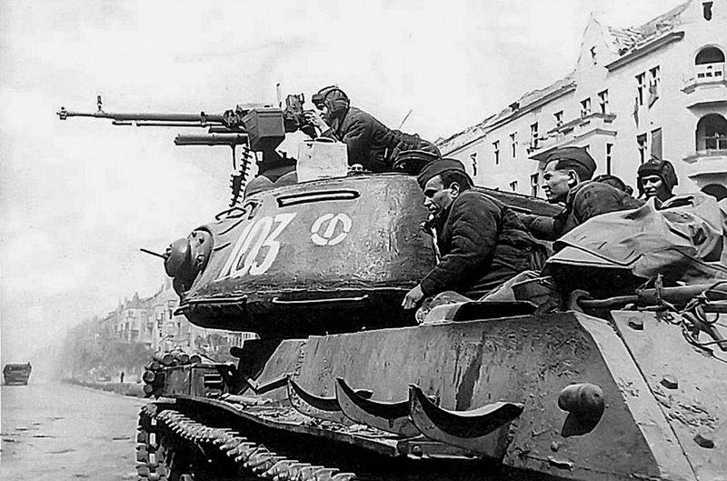 Танкисты и десант на броне ИС-2. Май 1945 г.