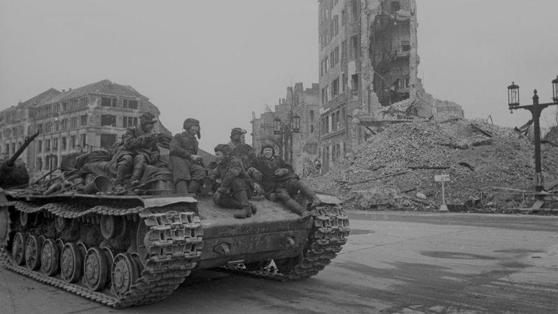 Танкисты на броне эвакуационной машины на базе танка КВ в Берлине. Май 1945 г.