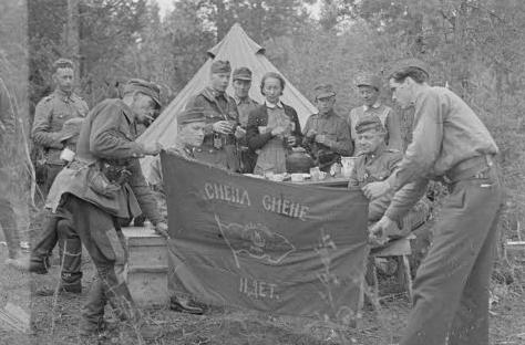 Финские солдаты с красным флагом пионеров, воспринимаемым, как боевое армейское знамя. Джессойла, 26 августа 1941 г.