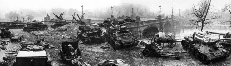 Советские танки на мосту Мольтке. Берлин, 2 мая 1945 г.