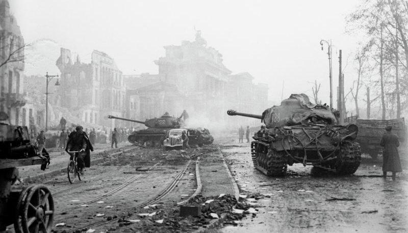 Танки ИС-2 на Герман-Геринг-Штрассе в Берлине. Май 1942 г.