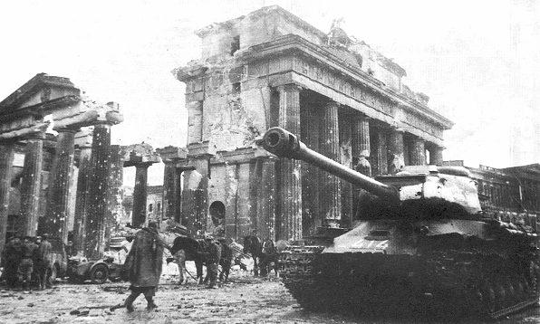 Танк ИС-2 у Бранденбургских ворот. Май, 1945 г.