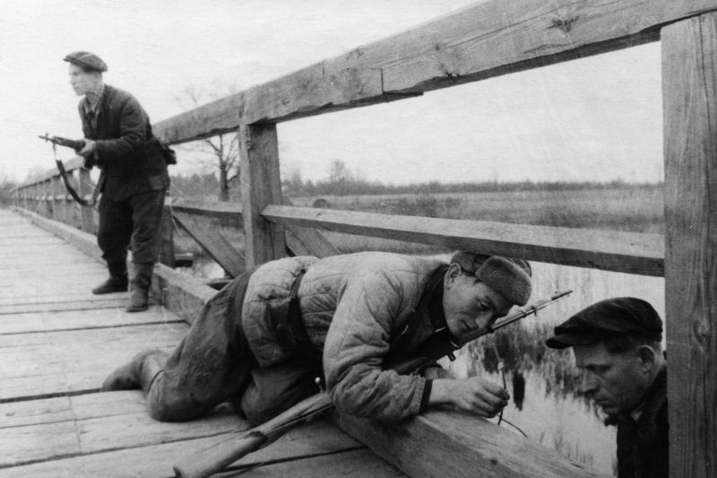 Партизаны отряда имени Ворошилова готовят подрыв моста. 1943 г.