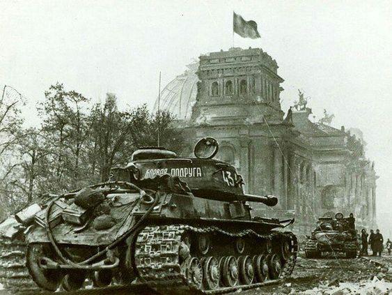 Танки у рейхстага. Май. 1945 г.