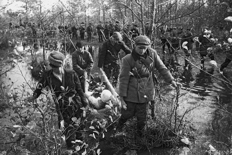 Партизаны отряда имени Котовского возвращаются с боевого задания. 1943 г.