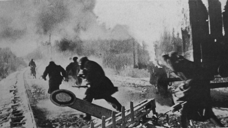 Партизаны ведут бой на железной дороге. 1943 г.