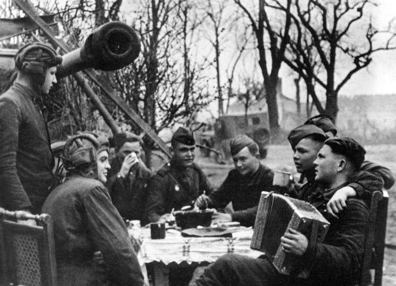 Танкисты отмечают Победу. Берлин, май 1945 г.