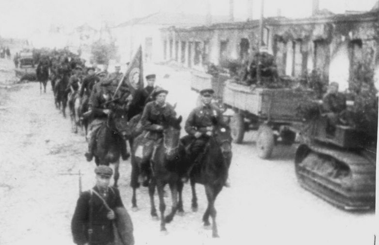 Партизаны бригады «Железняк» входят в освобожденный населенный пункт. 1943 г.