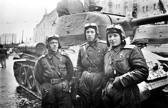 Трое танкистов - Героев Советского Союза - возле танка Т-34-85, на улице Горького, до начала Парада на Красной площади. Москва, 24 июня 1945 г.