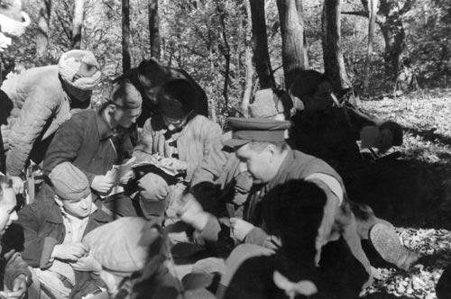Командир Северного соединения партизан Крыма П. Я. Ямпольский с группой партизан за обсуждением плана операции. 1943 г.