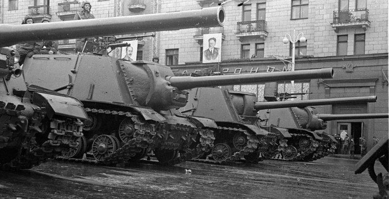 Советские САУ ИСУ-122 в строю на Тверской улице перед началом проезда во время Парада Победы в Москве. 24 июня 1945 г.