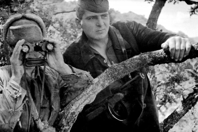 Крымские партизаны в дозоре ведут наблюдение. 1943 г.