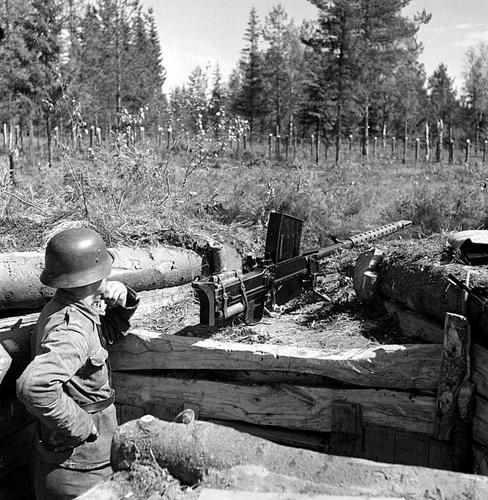 Расчет 20-мм противотанкового ружья L-39 под Аунусом. 5 сентября 1941 г.