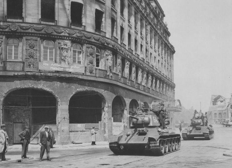Танки Т-34 возле отеля «Астория» в Лейпциге. Июль 1945 г.